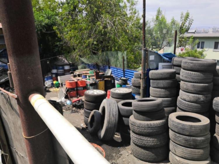 За складирование шин владельцам автомастерских во Владивостоке грозит штраф