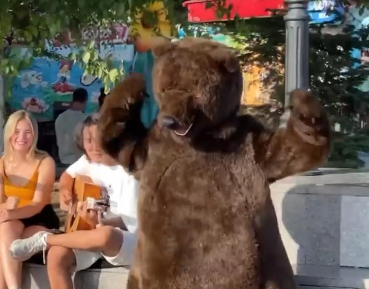 «Новый кумир»: большой «мишка» танцует на набережной Владивостока