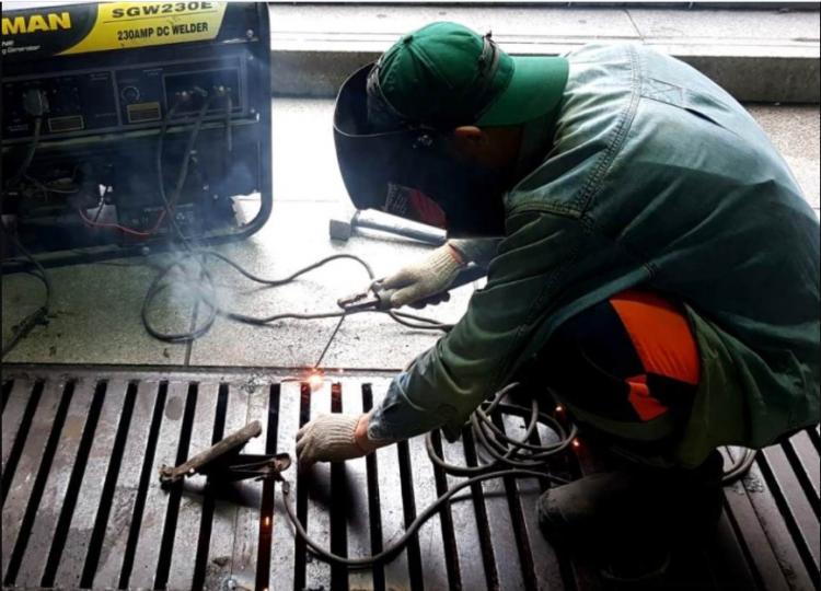 На сетях ливневой канализации меняют люки и устанавливают новые решетки