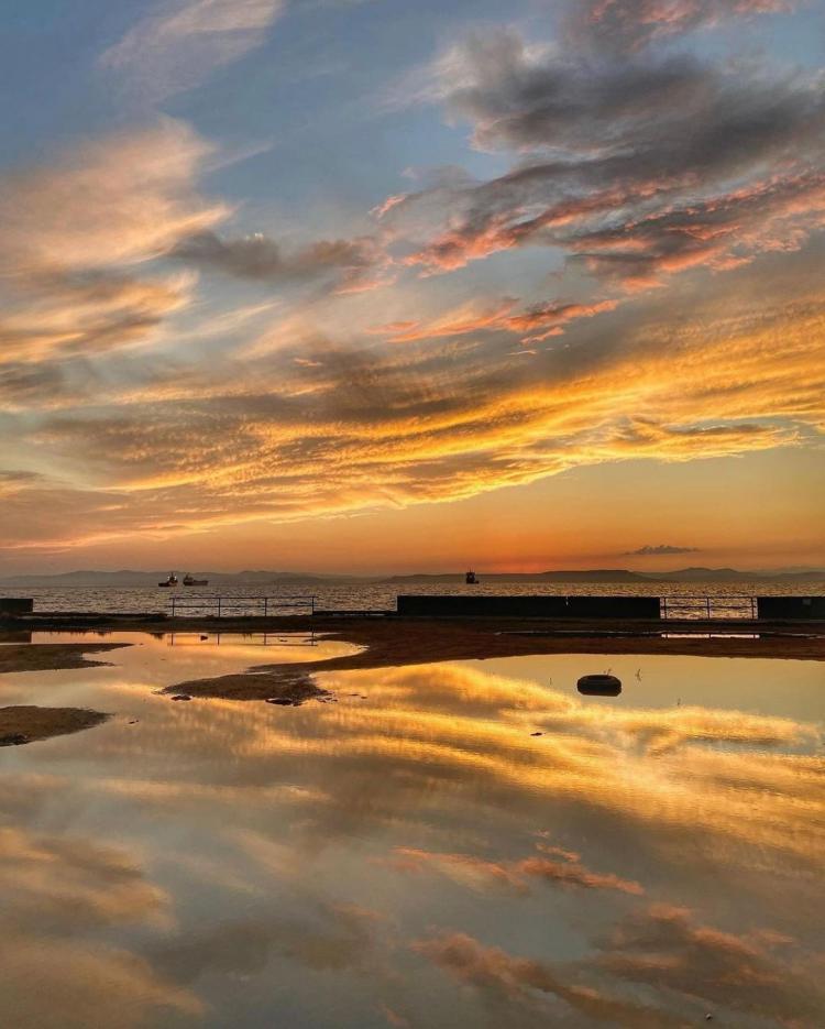 «Вечность можно смотреть»: жители Владивостока любуются небесным пейзажем