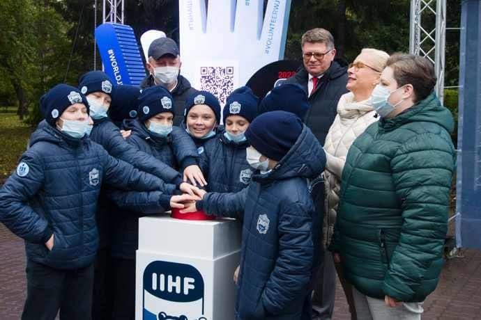 Трехметровую ладонь установили в Первомайском сквере Новосибирска