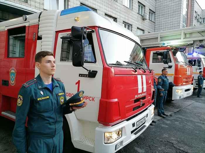 В Новосибирске пожарные почтили сиренами погибшего главу МЧС Евгения Зиничева