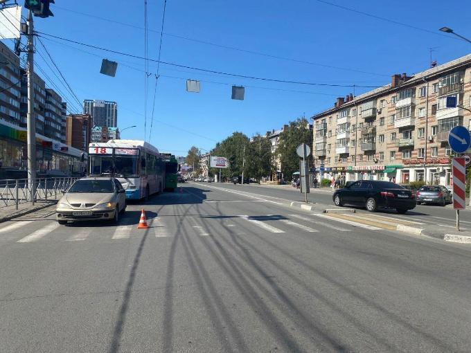 Мать и дочь увезли в больницу из-за столкновения троллейбуса и автобуса в Новосибирске