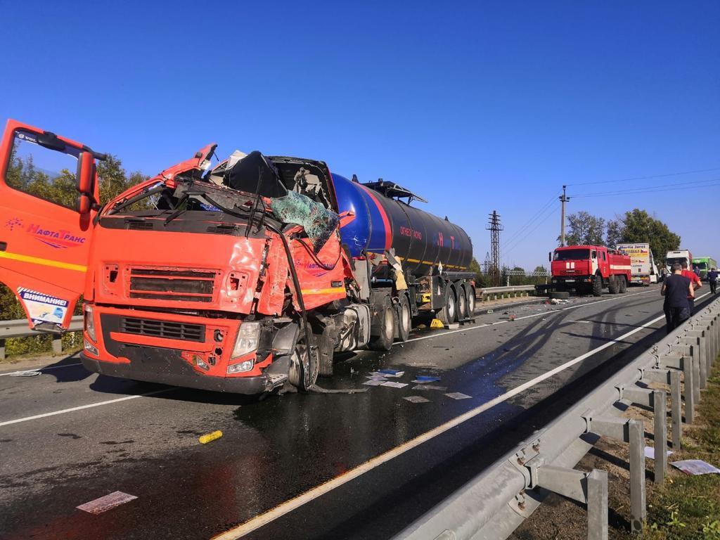 Лобовое столкновение грузовых Volvo  на трассе под Новосибирском ограничило движение