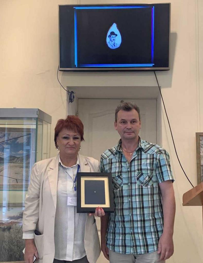 Сибирский Левша нарисовал портрет автора «Алых парусов» на яблочной косточке