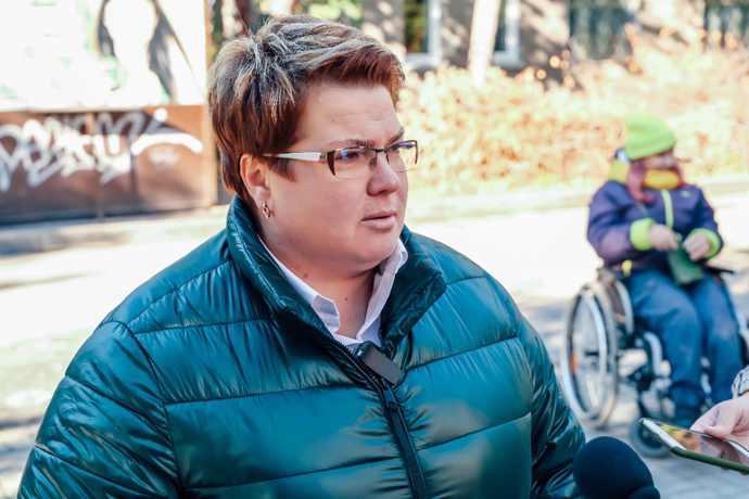 Единороссы и колясочница Елена Колесникова проверили доступность услуг такси в Новосибирске