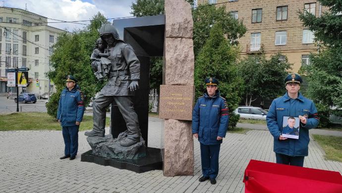 Погибшему министру МЧС Зиничеву несут цветы новосибирцы