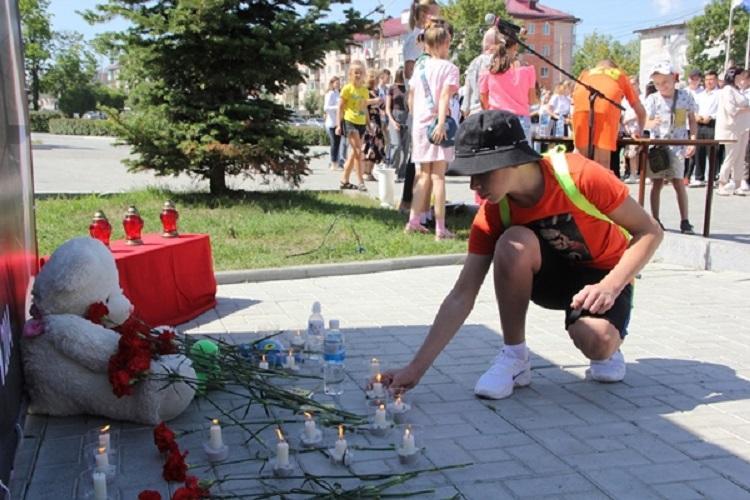 Цветы и игрушки возложили артёмовцы в память о погибших при терракте