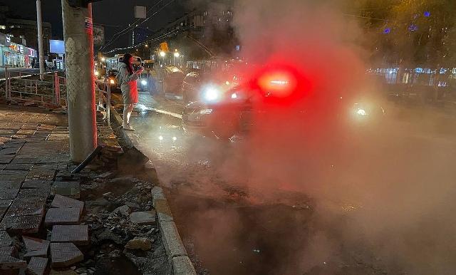 Теплотрассу прорвало в Новосибирске – в яму провалился автомобиль