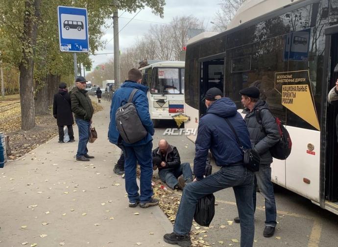 Зажатый в автобусе пассажир выпал на дорогу в Новосибирске