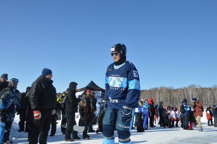 Хоккеист-весельчак покинул ХК «Сибирь»: он играл на льду в солнцезащитных очках