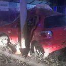 Ночью водитель Toyota Vitz протаранил столб освещения на Большевистской