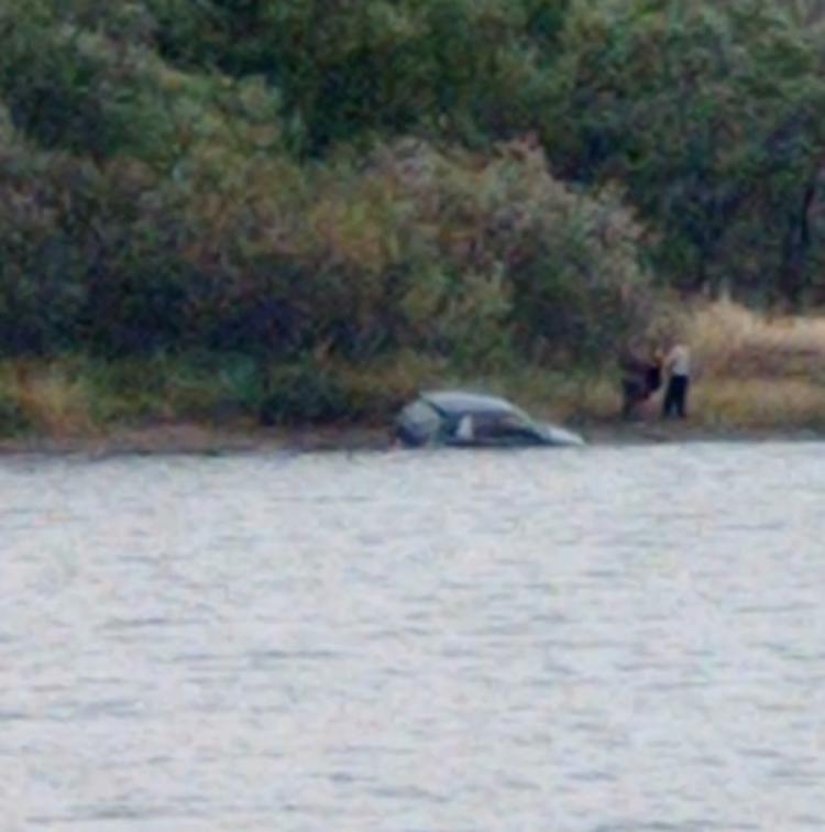 «Искупались и помыли машину»: в Приморье автомобиль упал в воду